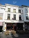 foto van Huis onder met rode pannen belegd dwars schilddak en met gepleisterde lijstgevel