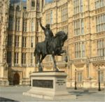 פסלו של ריצ'רד הראשון בפתח ארמון וסטמינסטר בלונדון