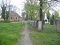 Ruhland, Friedhof, Eingang und Friedhofskapelle von Norden; rechts der sowjetische Soldatenfriedhof mit Ehrenmal.jpg