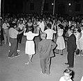 San Feliu (Costa Brava) Mensen dansen sardana op een plein twee oudere heren k, Bestanddeelnr 254-0868.jpg