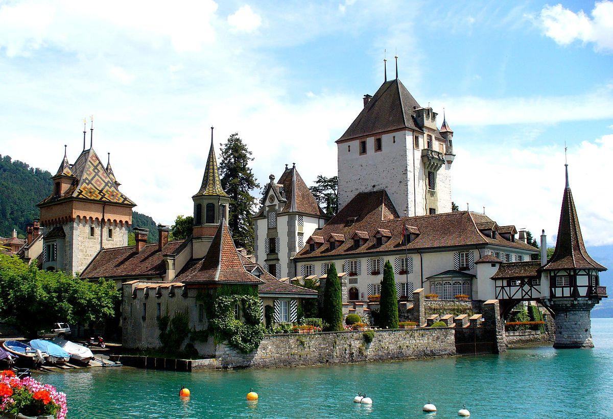 3 أنشطة سياحية يمكن القيام بها في قلعة اوبرهوفن في انترلاكن سويسرا