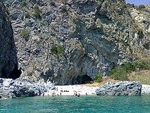 La scogliera di Torrazzo e le grotte viste dal mare