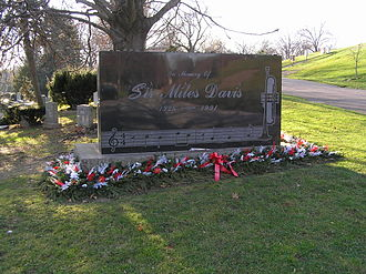 Solar (composition) - Miles Davis' tombstone showing the first two measures of Solar