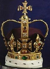 Til venstre:   en kopi af originalkronen.   Til højre:   en todimensionel afbildning af kronen.