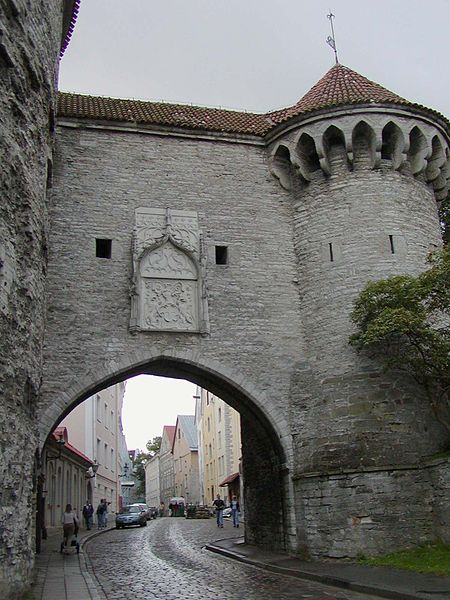 Archivo:Tallinn old town gate.jpg