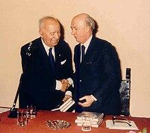 Università di Genova, Facoltà di Scienze Politiche, 1986: Taviani riceve dal preside, Gaetano Ferro, tre volumi scritti in suo onore.