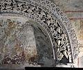 Tempietto longobardo, stucchi del 760 circa, arco vitineo 02.jpg