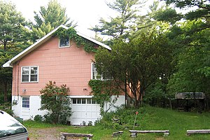 "Robbie Robertson - The ""Big Pink"" house in 2006. ""Big Pink"" was the house where Bob Dylan and The Band's Basement Tapes were recorded, and the music from The Band album Music From Big Pink was written."