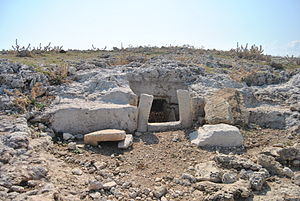 Thapsos - Thapsos had a large necropolis of cave tombs with vertical entrance shafts or dromos entry-corridors.