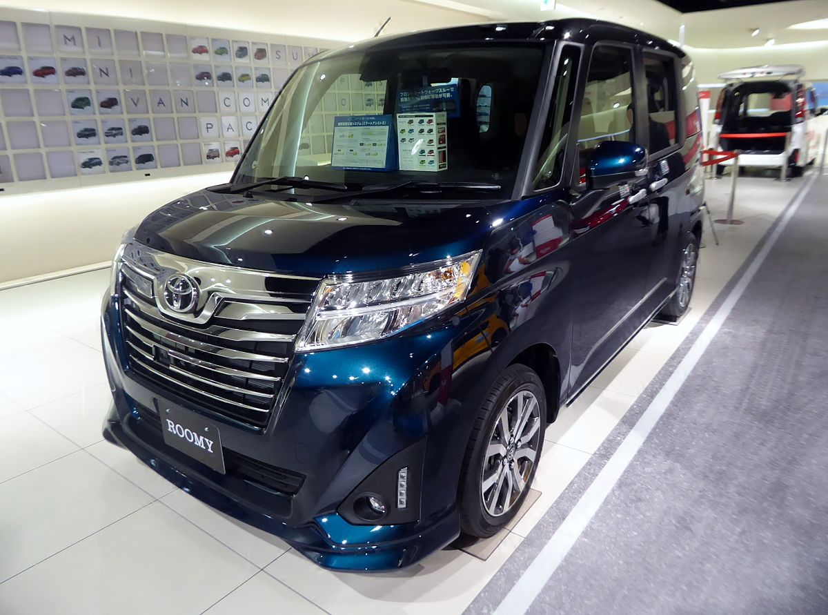 Toyota ROOMY CUSTOM G-T (DBA-M900A-AGBVJ) front.jpg
