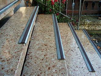 Stair nosing - Image: Treppe mit Gleitschutzprofil