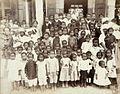 Tropenmuseum Royal Tropical Institute Objectnumber 60012343 Portret van een groep kinderen van ge.jpg