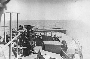 USS Pivot (AM-276) - Image: USS Pivot 3inch Firing