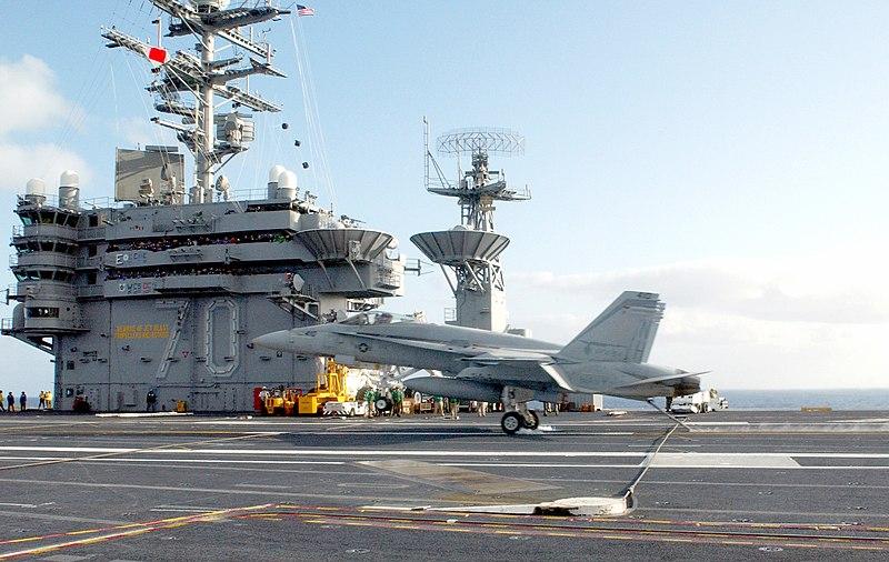 Cai no mar um F/A-18 Super Hornet do USS Carl Vinson (CVN-70)