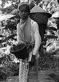 Ung kvinna klädd för risskörd - SMVK - 2113D.tif