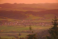 Valašské Příkazy při východu slunce z rozhledny Královec, okres Zlín (02).jpg