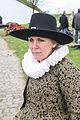 Vrouw met grote hoed en brede kraag 1 april feest Brielle.jpg