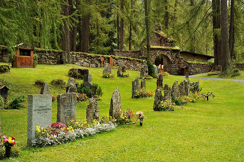 File:Waldfriedhof Davos, Einzelgraeber 01 10.jpg