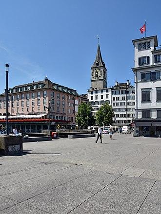 Weinplatz (Zürich) - Weinplatz as seen from Limmatquai, Rathausbrücke in the foreground, Storchen hotel to the left, Schwert tower to the right.