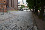 Wismar, St. Nikolai, Außenanlage mit Grabstein im Pflaster.JPG