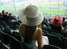 Una ragazza si prepara alla Melbourne Cup