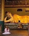 Yangon-Shwedagon-440-Halle mit liegendem Buddha-Nonne-gje.jpg