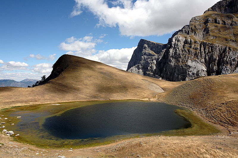 Αρχείο:Zagori Dragonlake and Gamila summit.jpg