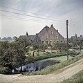 Zicht op de voorgevel van de boerderij en het zomerhuis - Heinenoord - 20381272 - RCE.jpg