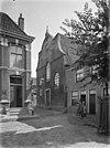 zicht op de voorgevel van de kerk met straatbeeld - blokzijl - 20036402 - rce