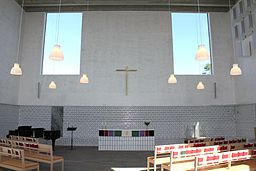 Kyrkorummet med altret.