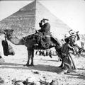 אדולף פרידמן על גמל ליד הפירמידות בתוך אלבום מסע של אדולף פרידמן לארץ ישראל ב-19-PHAL-1619989.png