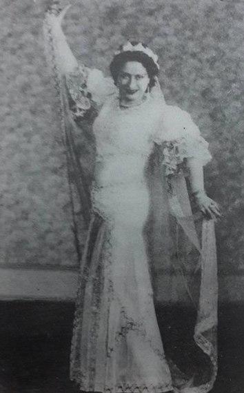 86e356ad6 بديعة مصابني في فُستان زفافها يوم عقد قرانها على نجيب الريحاني.