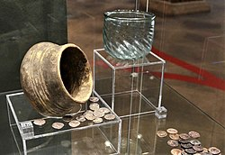 02019 0670 (4) Hoard of coins (denars) in potery found at Reska, second half of the 4th century (6), glass vessel from grave fount in the cemetary at Półchleb, second half of the 3rd century (2).jpg