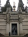 024 Panteó Batlló i Batlló, al fons estàtua de la tomba Bonaplata.jpg