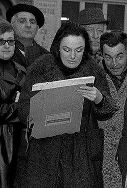 06.03.65 Renée Aspe à la Foire aux sauvagines Place Dupuy (1965) - 53Fi765 (cropped).jpg