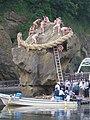 16新しいしめ縄を瓶子岩にかける.jpg