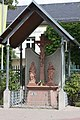 45903 Hochheim - Geheimrat-Hummel-Platz Kreuzigungsgruppe.JPG