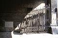 7359 Synagoga Pod Białym Bocianem. Żelazna brama w bramie. Foto Barbara Maliszewska.jpg