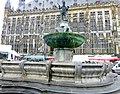 Aachen – der Karlsbrunnen vor dem Aachener Rathaus - panoramio.jpg