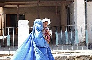 Femme afghane portant un enfant - photo prise dans la province du Parwan, Afghanistan.