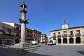 Almorox, picota o rollo, plaza de la Constitución y ayuntamiento.jpg