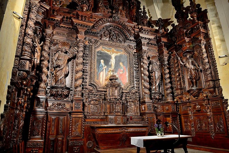 Église Saint-Pierre de Naves, maître-autel avec retable et sa toile Calvaire avec sainte Madeleine.