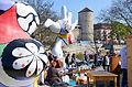 Altstadt-Flohmarkt in Hannover am Leibnizufer Mike-Gehrke-Promenade zwischen den Nanas mit Blick auf Beginenturm und Pferdeschwemme.jpg