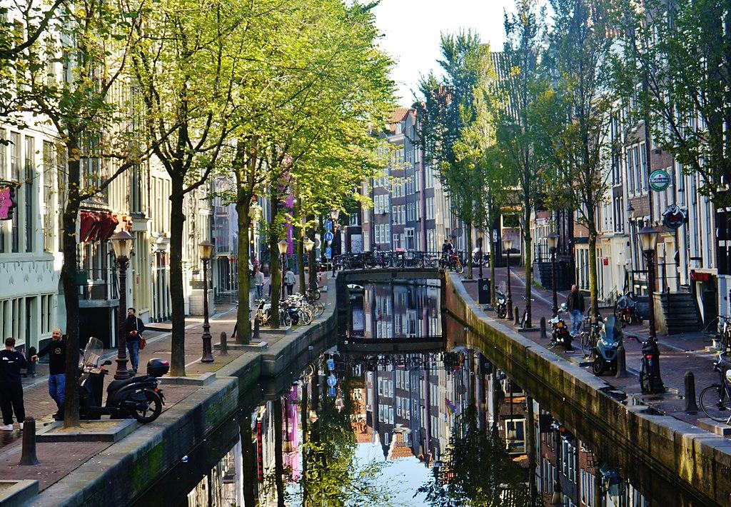 Auberges de jeunesse et coffeeshops dans le quartier rouge d'Amsterdam - Photo de Zairon