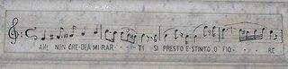 Iscrizione sulla lapide della Tomba di Bellini con l'incipit dell'aria de La sonnambula: