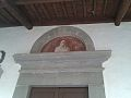 Arco entrata chiesa dei SS Giusto e Lucia raffigurante la Madonna.jpg