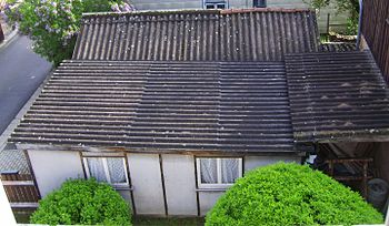 English: Garage build using asbestos material