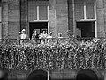 Aubade van 19000 zangers, zangeressen en schoolkinderen op De Dam. De koninklijk, Bestanddeelnr 900-0030.jpg