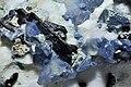 Bénitoïte, neptunite, joaquinite-(Ce) sur natrolite (San-Benito Mine Californie - USA).jpg