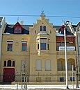 Villenartiges Wohnhaus mit Vorgarten und dessen Einfriedung